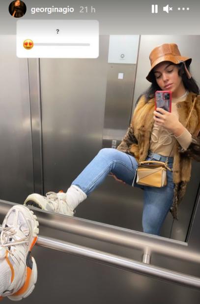 Georgina Rodríguez pose dans l'ascenseur
