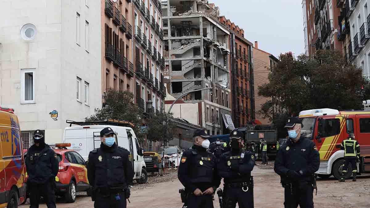 Varios agentes vigilan la zona donde se produjo una explosión en la calle Toledo. Foto: EP
