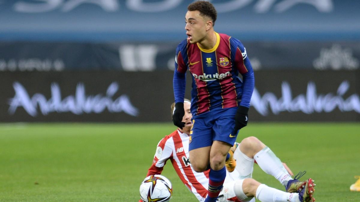 Sergiño Dest durante un partido del Barcelona. (AFP)