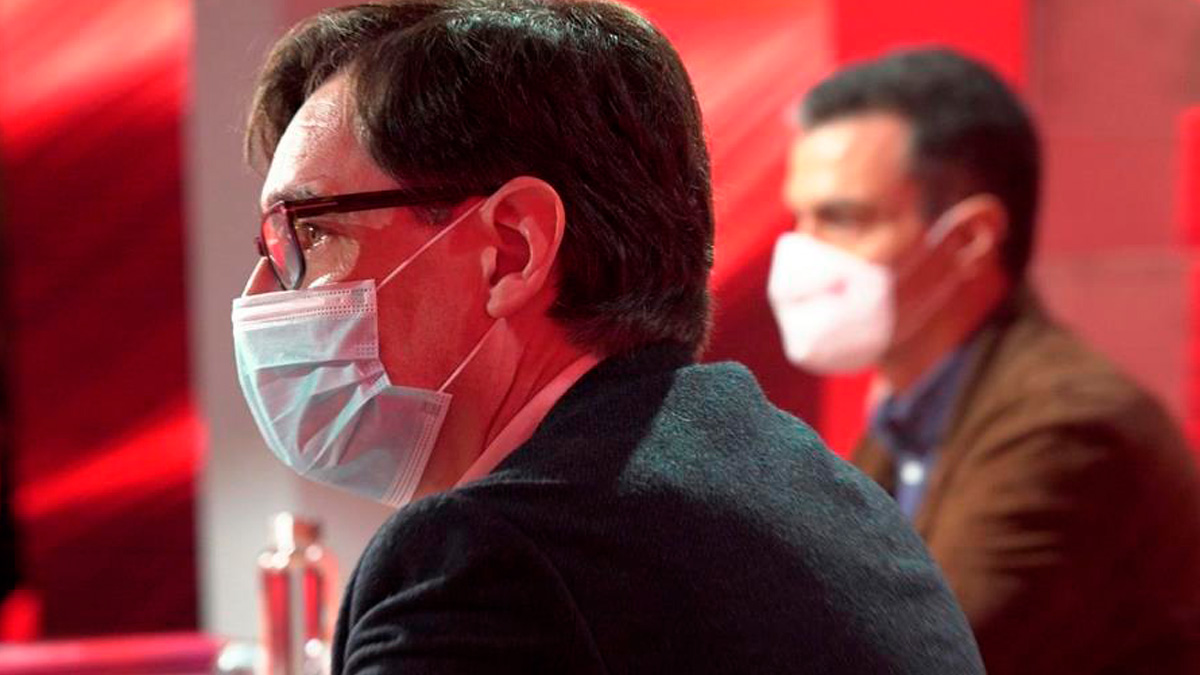 El candidato del PSC a la Generalitat, Salvador Illa, junto a Pedro Sánchez en el último Comité Federal del PSOE. (Foto: EFE)