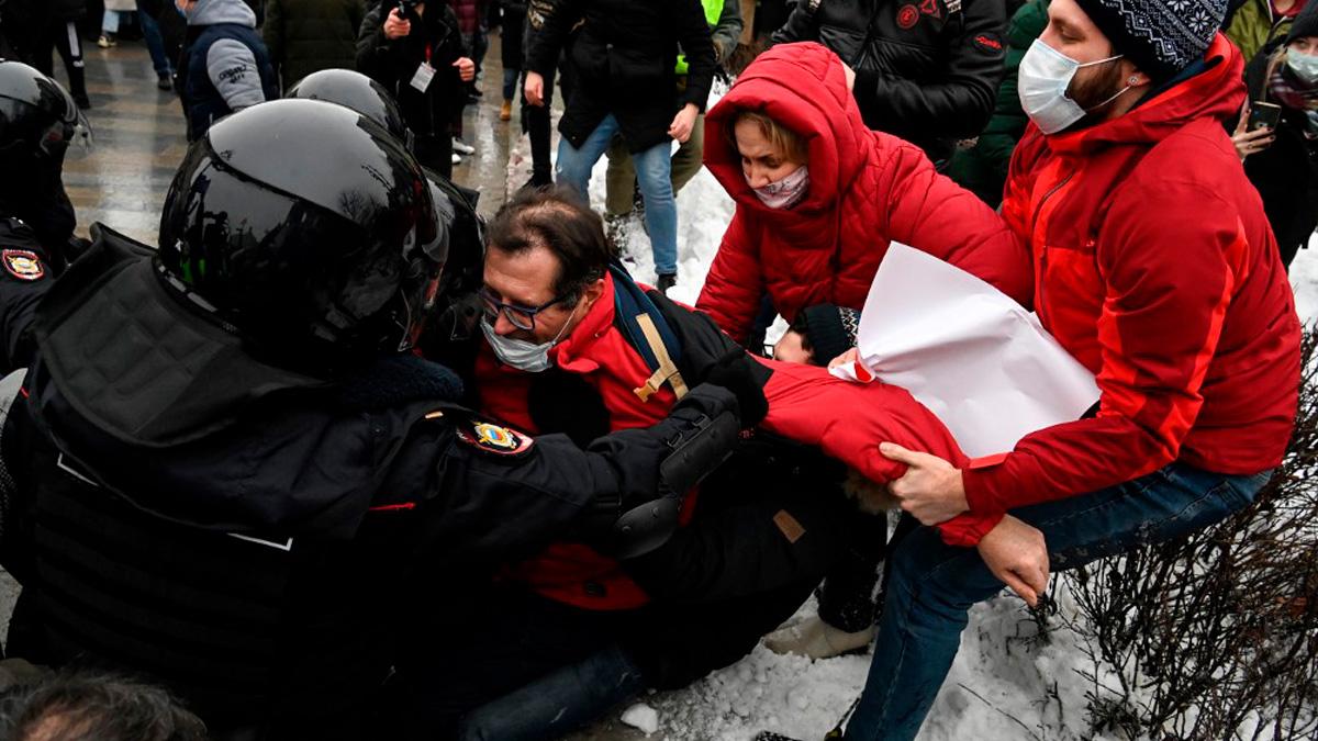 La Policía detiene a un manifestante que pide la liberación del opositor ruso Alexei Navalny. Foto: AFP