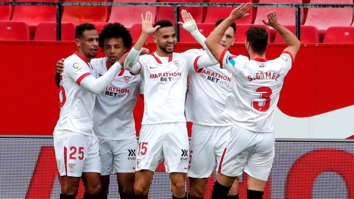 Los jugadores del Sevilla celebran un gol. (EFE)