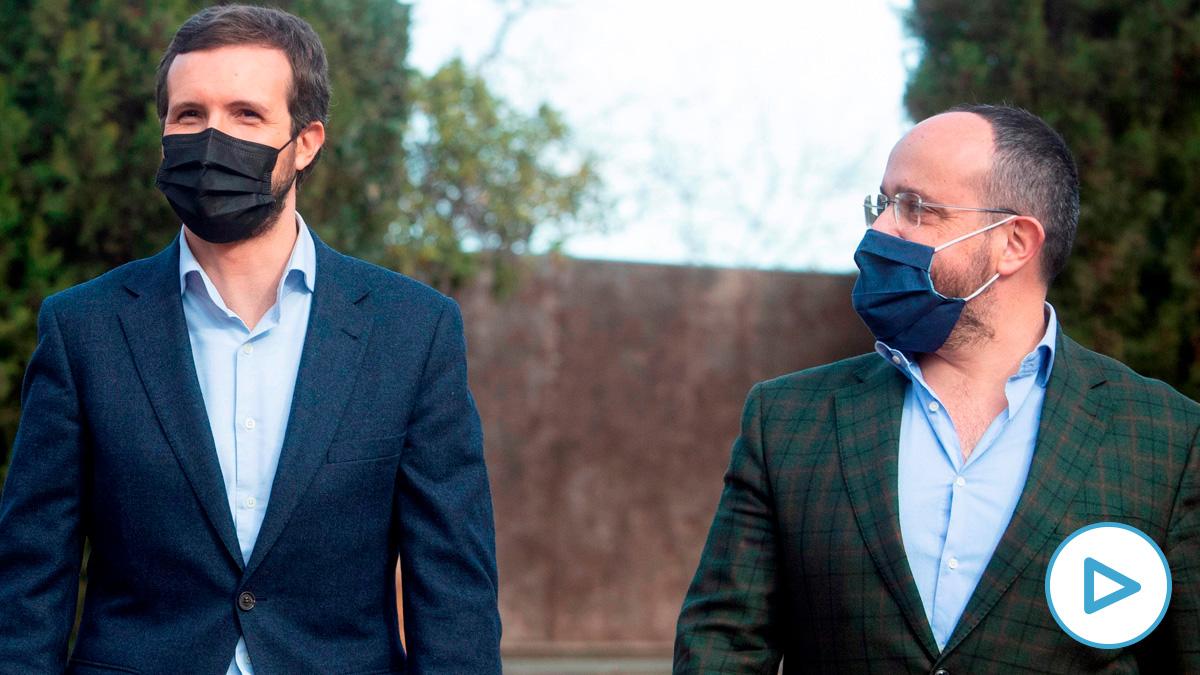 El presidente del PP, Pablo Casado (i), presenta la candidatura del PPC a las próximas elecciones catalanas, encabezada por Alejandro Fernández (d), en un acto celebrado este sábado en Barcelona. Foto: EFE