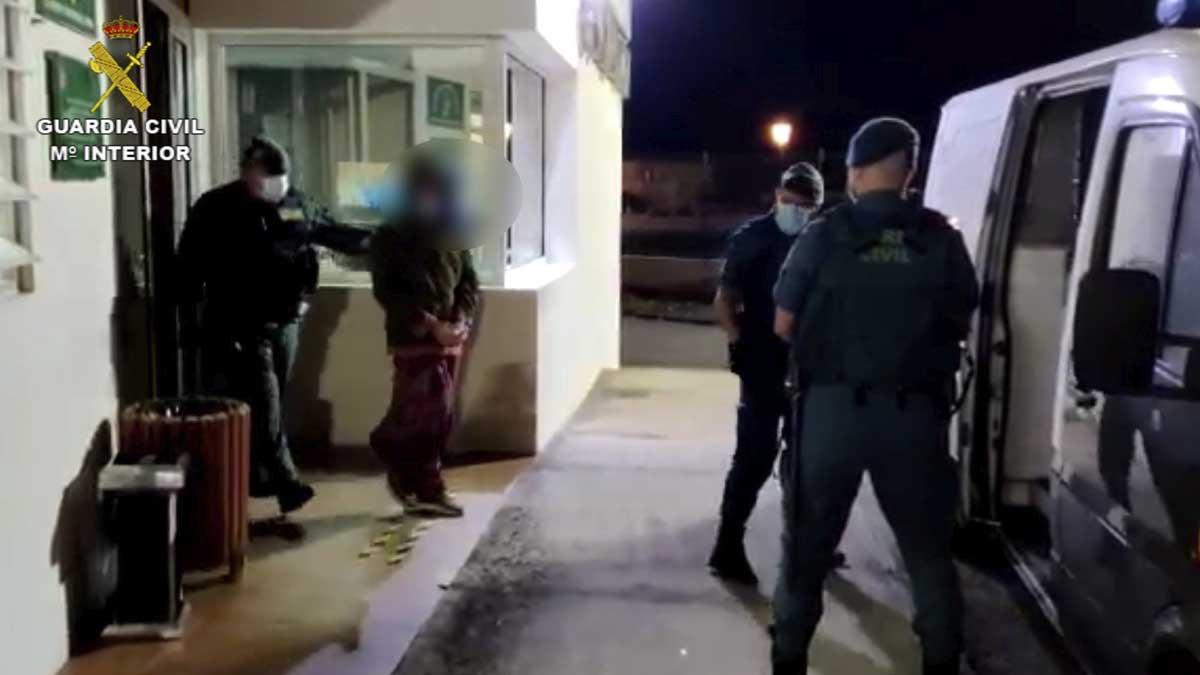 Los agentes trasladan a los detenidos. Foto: Europa Press