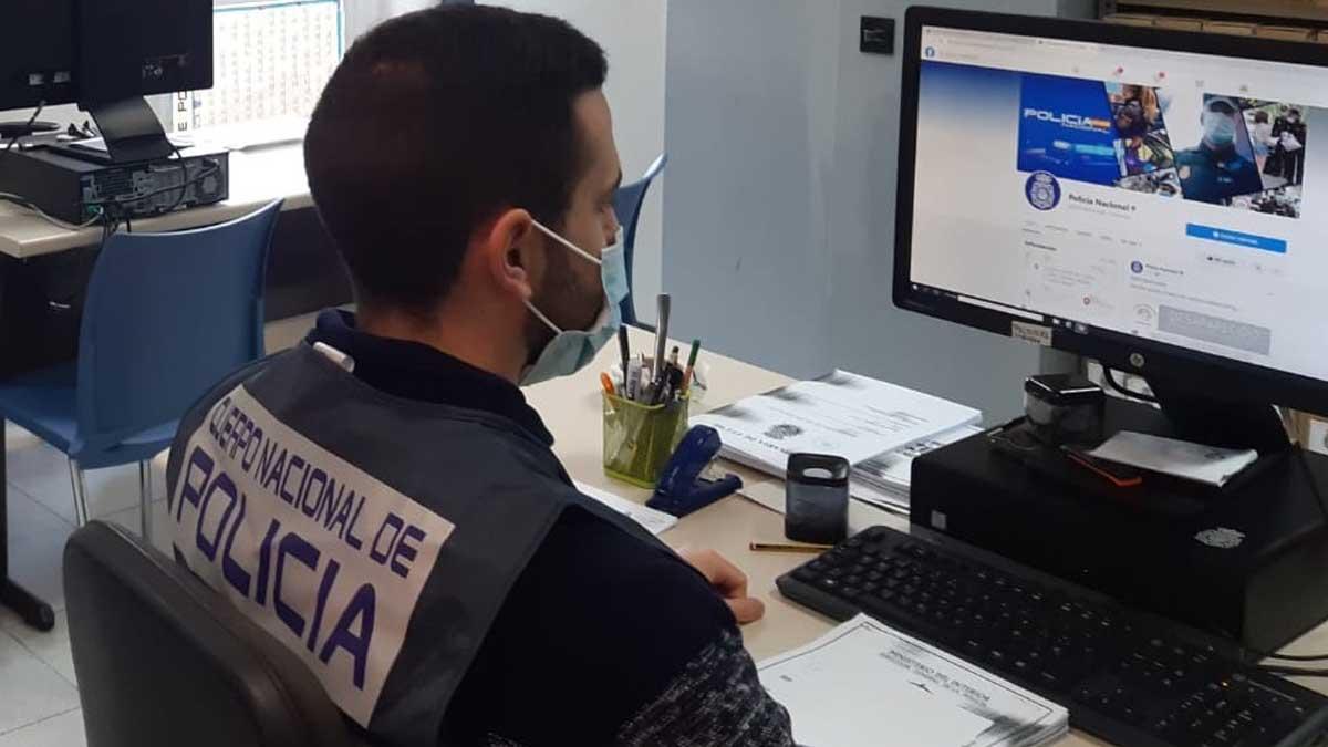 Agente de la unidad de Delitos Informáticos de la Policía. Foto: Europa Press.