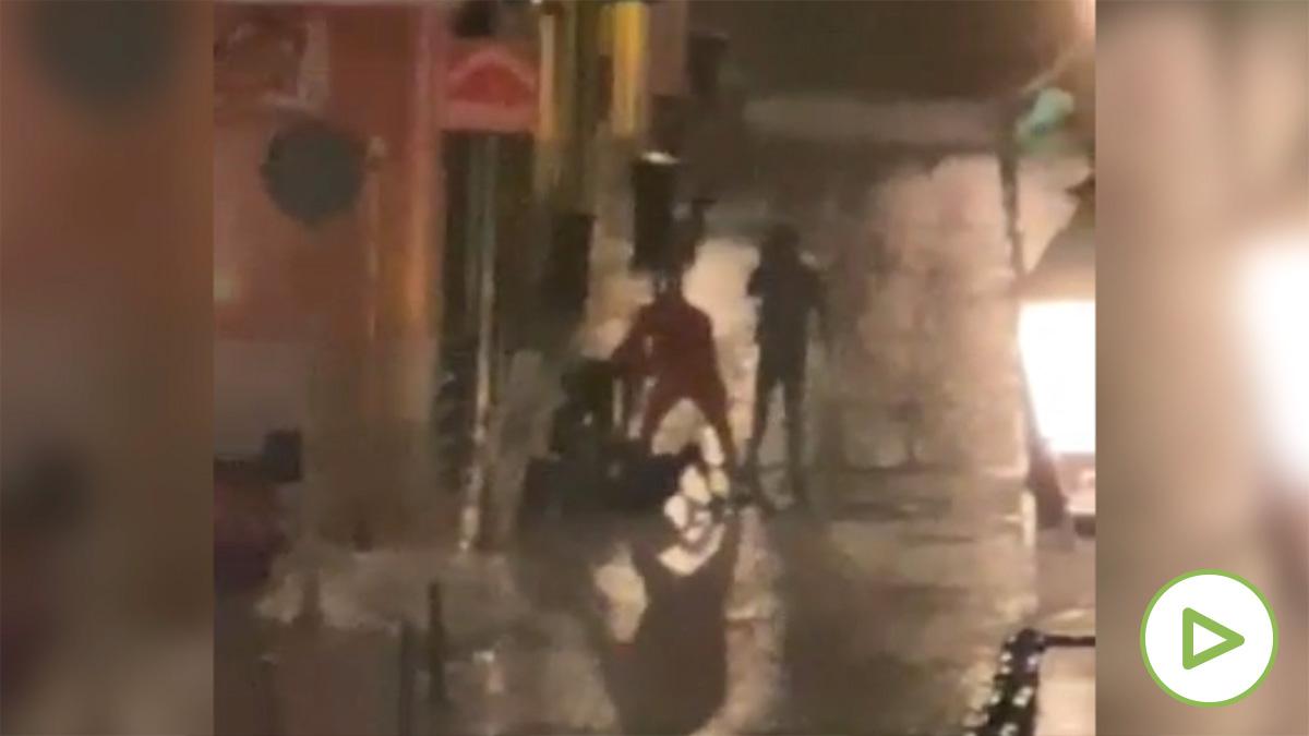 Los vecinos de Lavapiés graban una violenta agresión durante el toque de queda en Madrid.