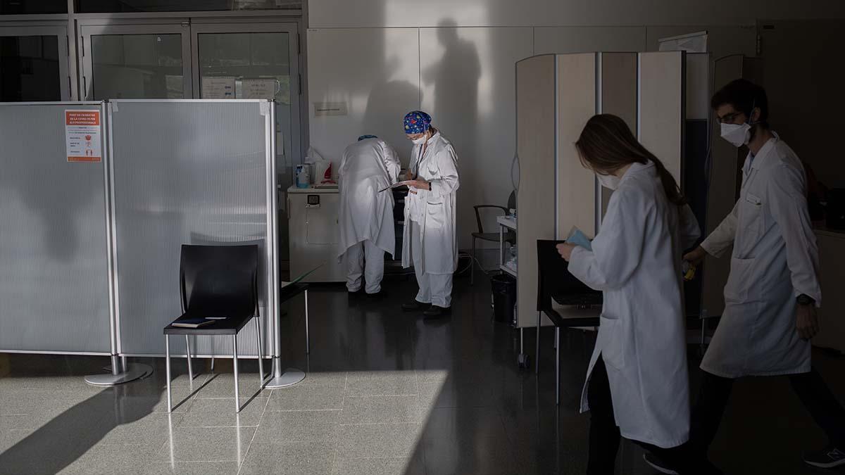 Varias enfermeras preparan vacunas Pfizer-BioNtech contra el COVID-19. Foto: EP