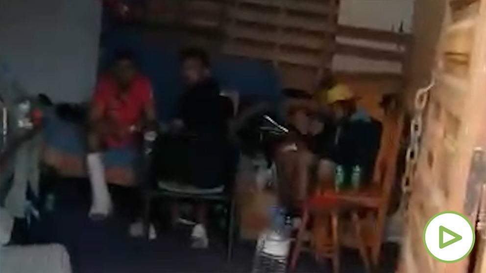 Una vecina del sur de Gran Canaria graba a decenas de inmigrantes ilegales acampados en chabolas e infraviviendas.