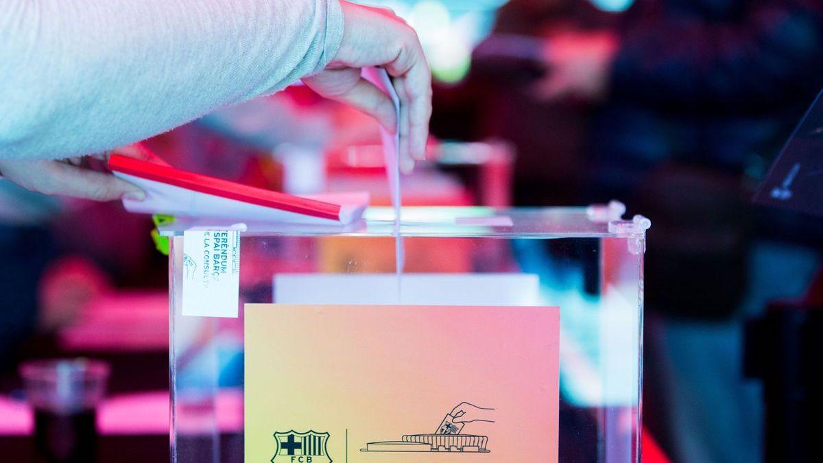 Una imagen de un socio del Barcelona ejerciendo su voto. (FC Barcelona)