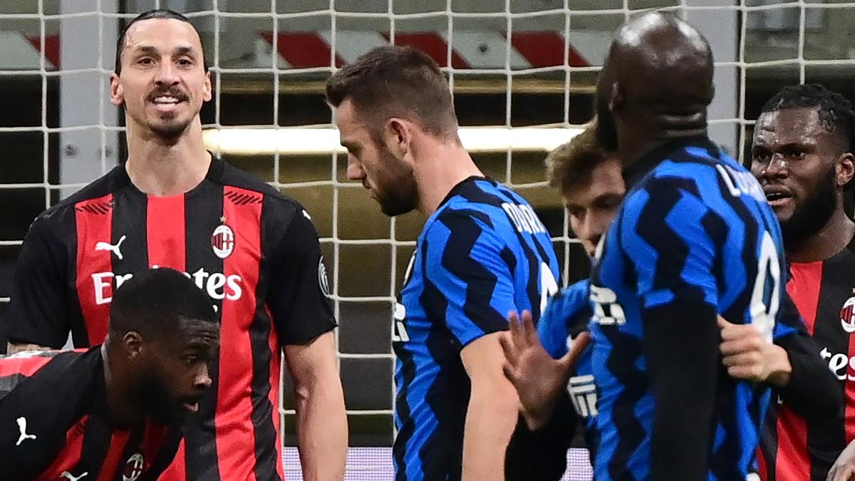 Ibrahimovic, en pleno intercambio dialéctico con Lukaku. (AFP)