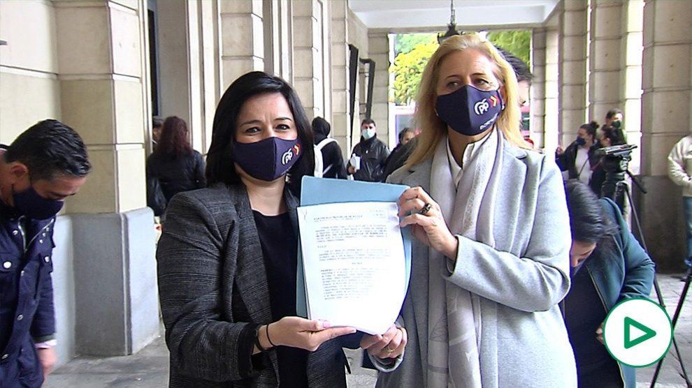 Virginia Pérez y Dolores Romero muestran la denuncia.