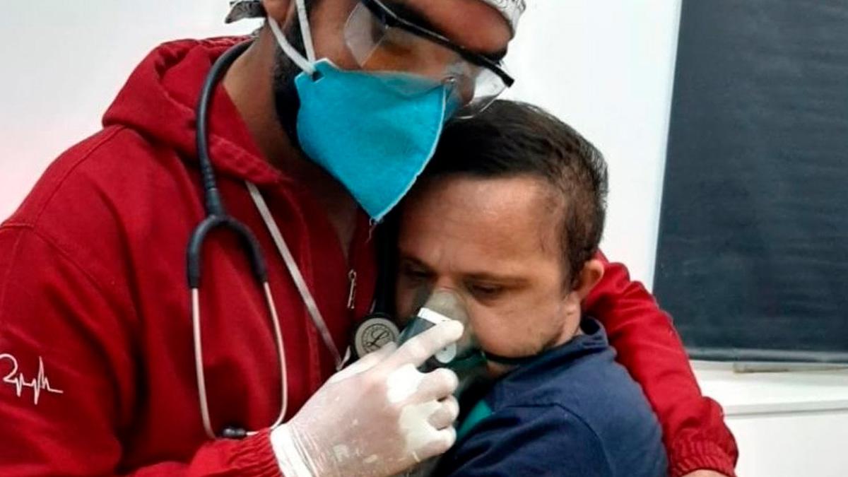 Un enfermero logra ponerle oxígeno a un paciente Covid con Síndrome de Down tras abrazarle