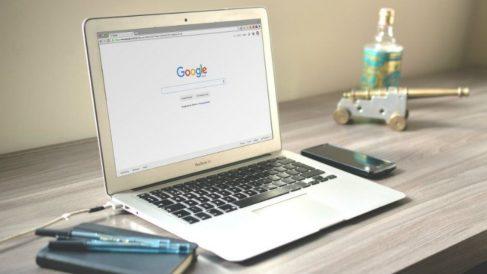 Ordenador con portada de Google