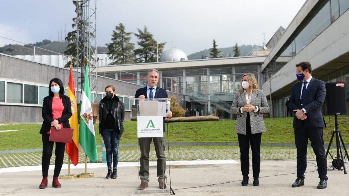 El consejero de la Presidencia, Elías Bendodo, interviene en una comparecencia de prensa en el 112 Andalucía en Granada.