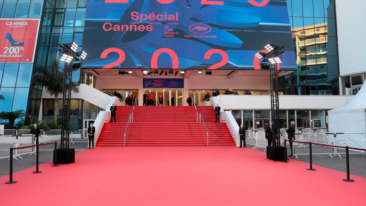 La alfombra roja del festival de Cannes vacía durante su edición de 2020. Foto: AFP