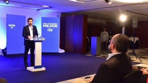 El presidente del PP, Pablo Casado, interviniendo en el acto de inicio de campaña de las elecciones catalanas del 14F en Barcelona, ante el candidato, Alejandro Fernández