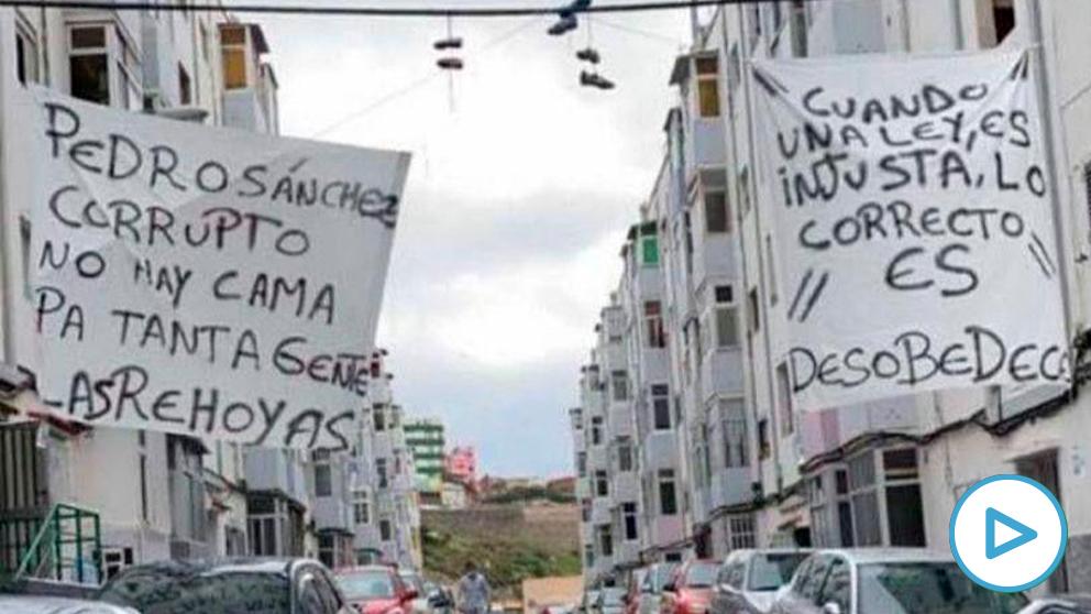 Pancartas en el barrio grancanario de las Rehoyas contra la gestión del Gobierno Central de la ola de inmigración ilegal.
