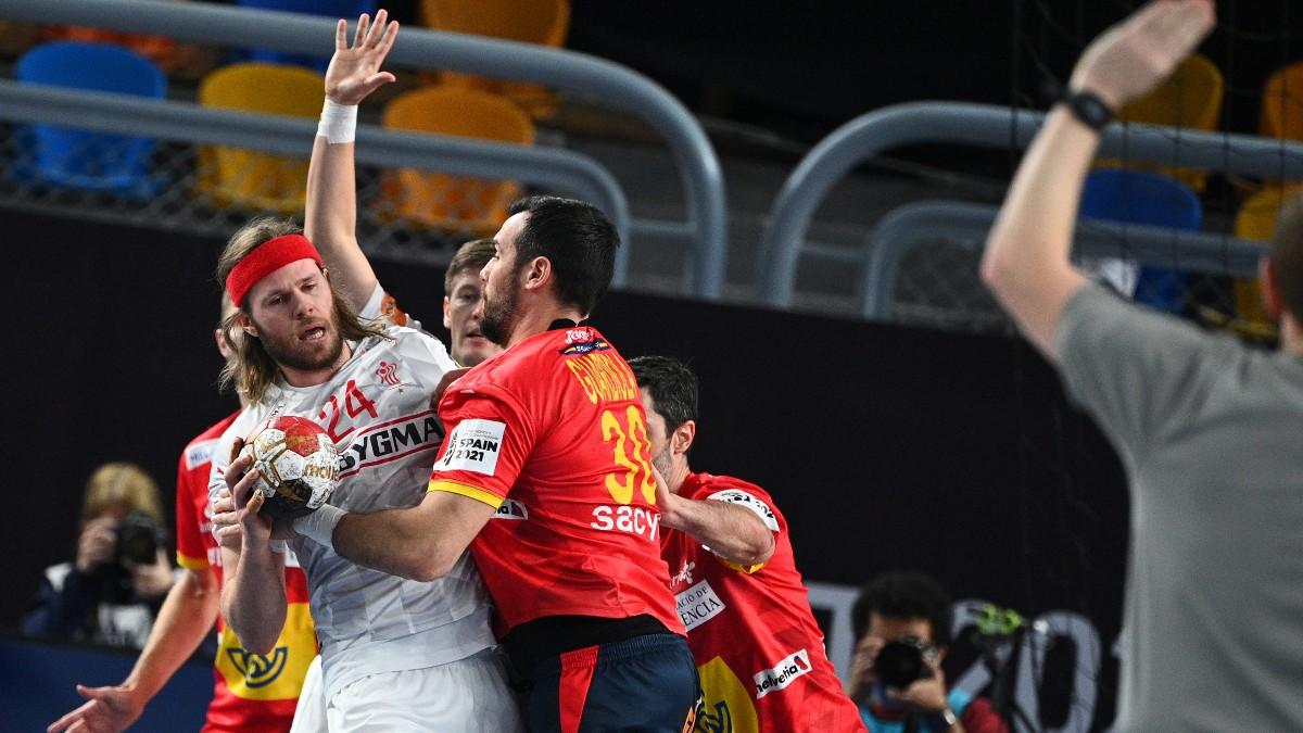 Gedeón Guardiola intenta frenar a Mikkel Hansen en el Dinamarca-España. (AFP)