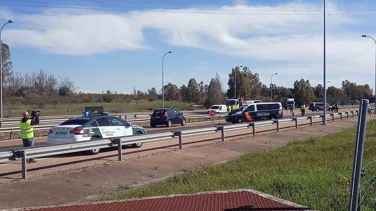 Efectivos de la de la Policía Nacional y de la Guardia Civil realizan controles en la frontera con Portugal. Foto: EP