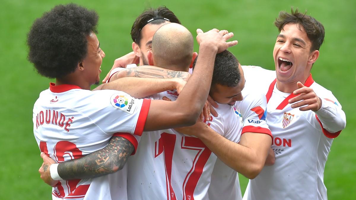 Los jugadores del Sevilla celebran el gol de Jordán ante el Eibar. (AFP)