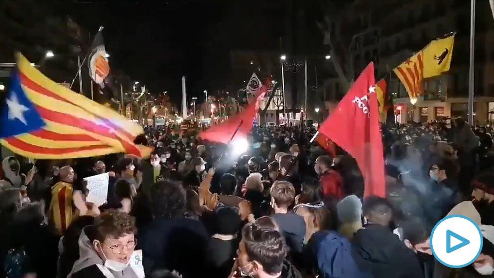 Cientos de personas apoyan en Barcelona sin medidas anti-Covi al rapero proetarra Pablo Hasél