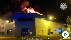 Fuego en una nave industrial en Sevilla
