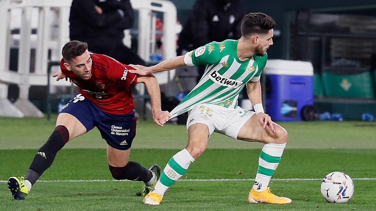 Kike Barja intenta robarle el balón a Álex Moreno durante el Betis-Osasuna. (AFP)