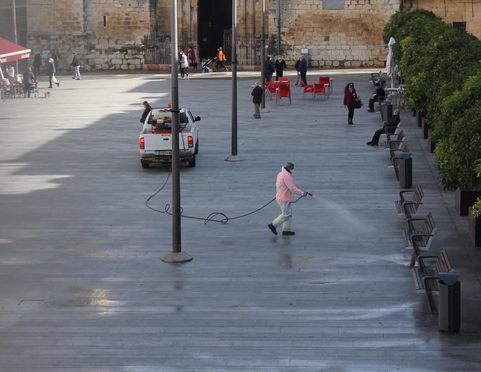 Desinfección de la Plaza Nueva de Lucena (Córdoba).