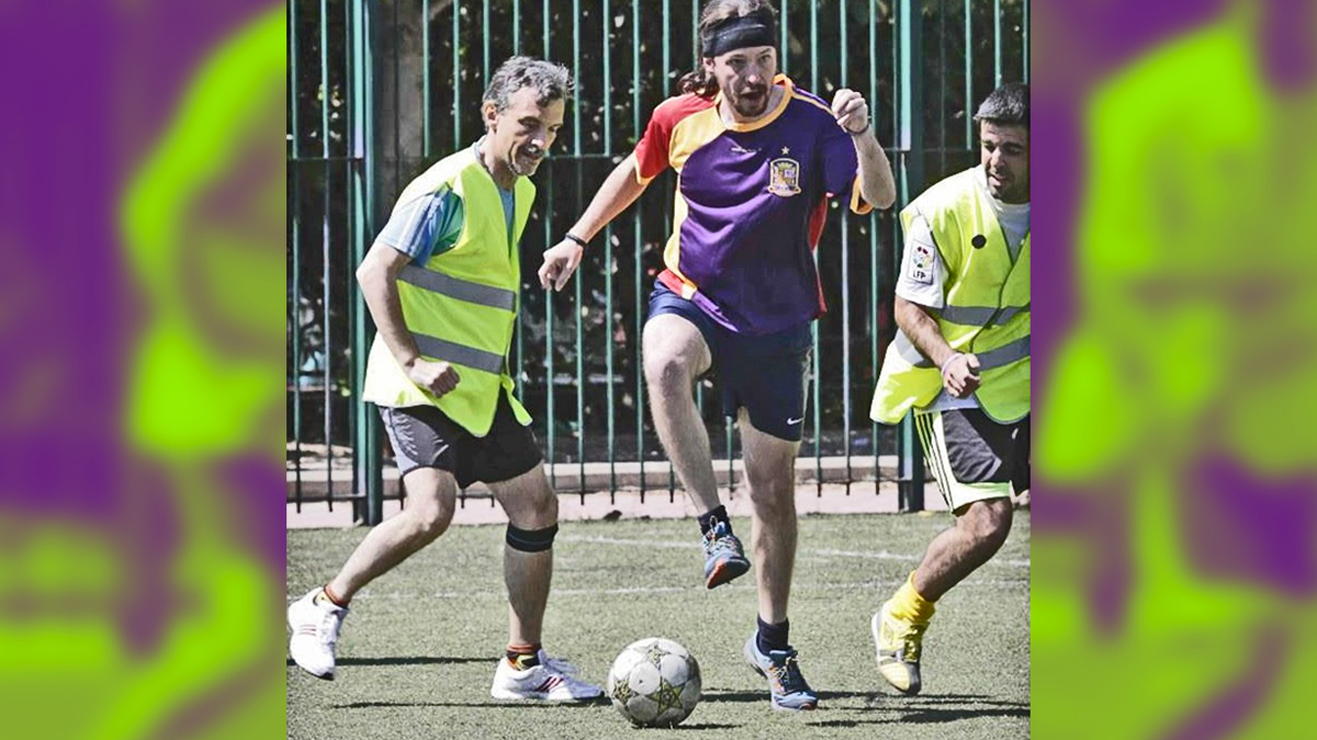 Pablo Iglesias jugando al fútbol.
