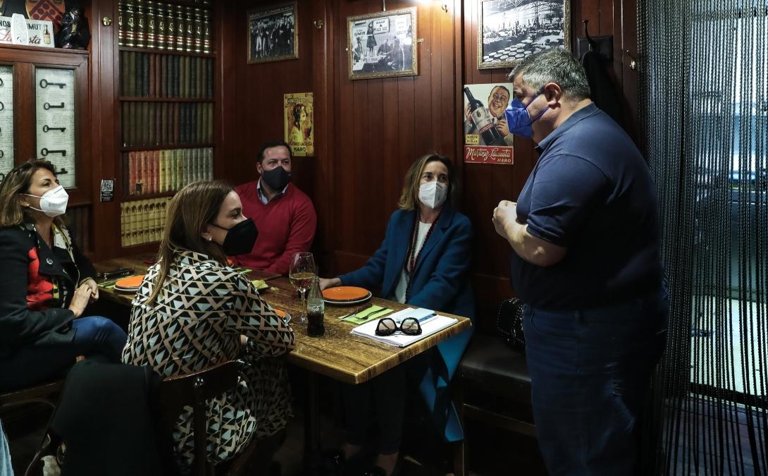 La portavoz del PP en el Congreso, Cuca Gamarra, visita un establecimiento de hostelería.