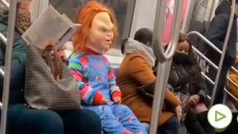 El muñeco diabólico Chucky ataca a la gente sin mascarilla en el metro de Nueva York.