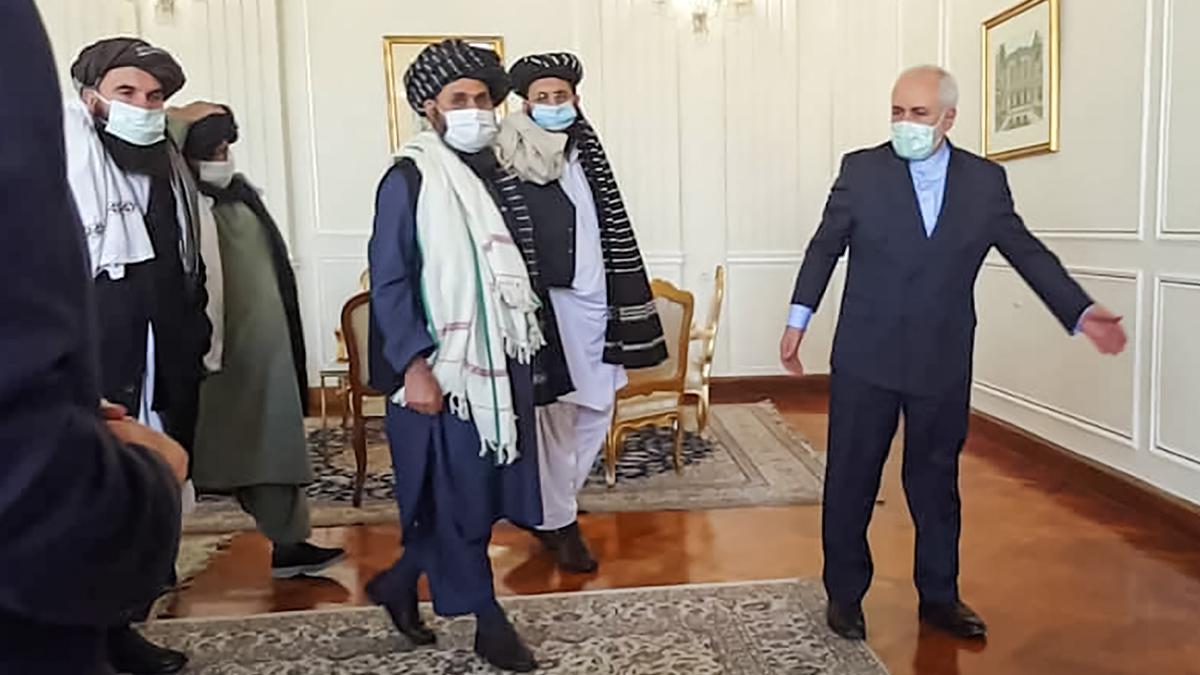 El ministro iraní de Exteriores, Mohammad Javad Sarif, en una reunión con talibanes.