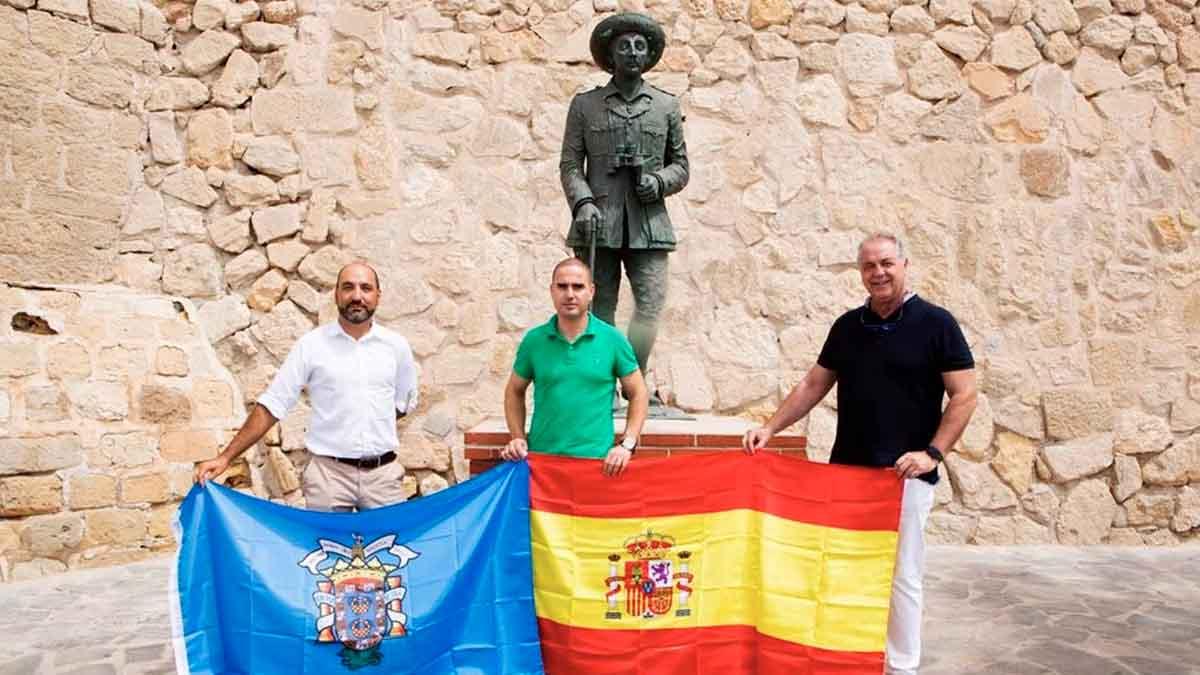 Miembros de Vox Melilla ante la estatuta dedicada a Franco. Foto: EP