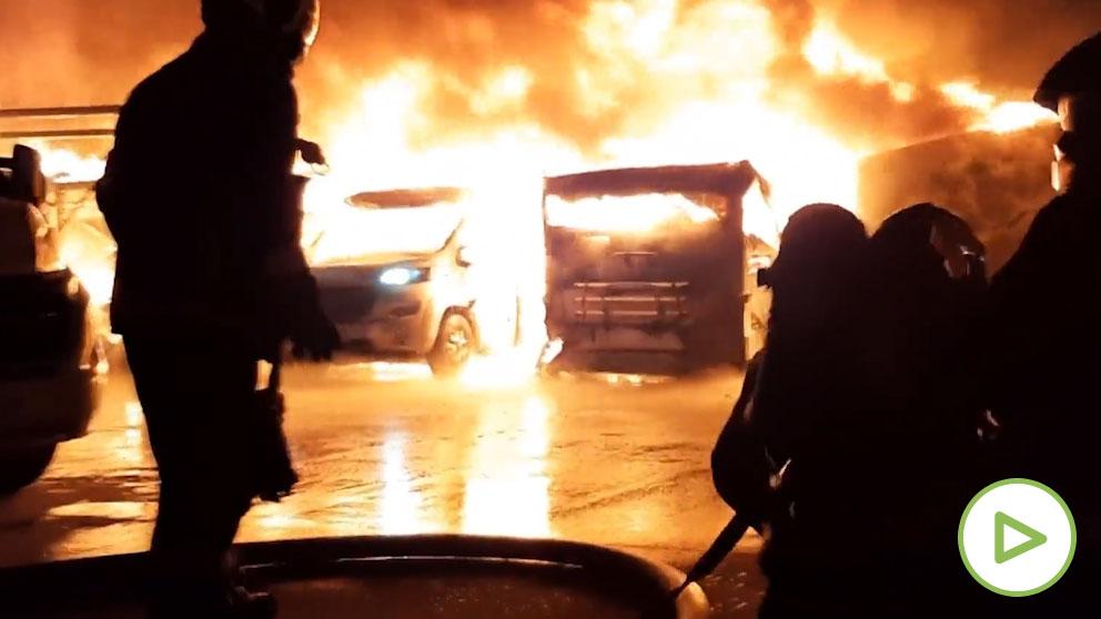 Impresionante incendio en un aparcamiento de caravanas en Alcalá de Henares