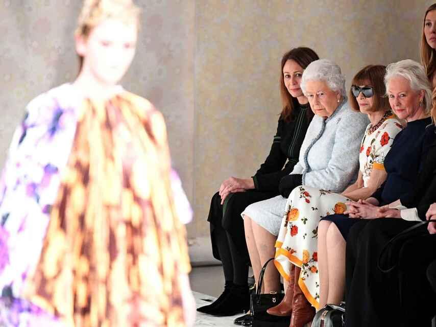 Reina Isabel II y Anna Wintour en la Semana de la Moda de Londres. @efe