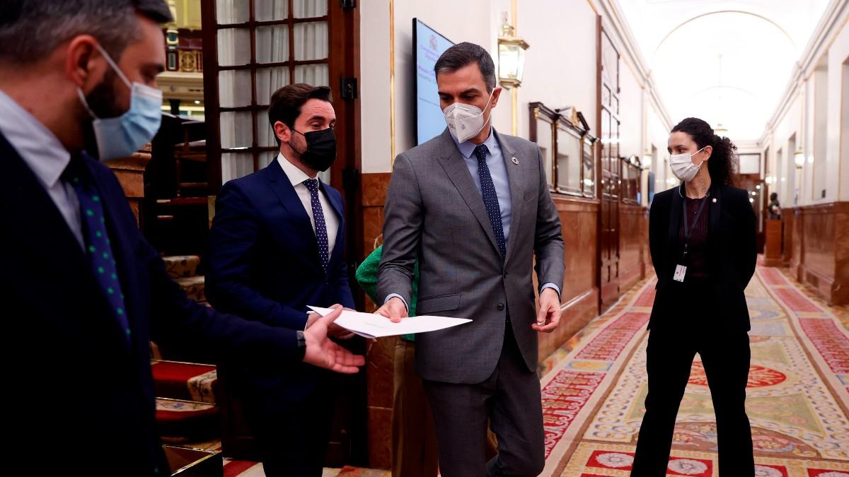 Pedro Sánchez saliendo del Pleno del Congreso. (Foto: EFE)