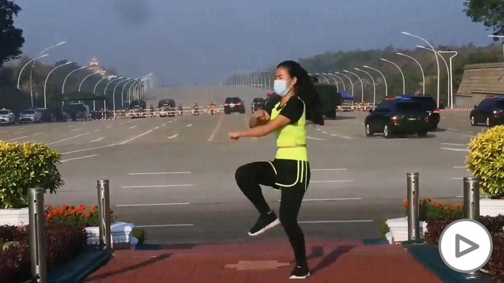 Una profesora de aeróbic emite en directo el golpe de Estado de Birmania sin darse cuenta