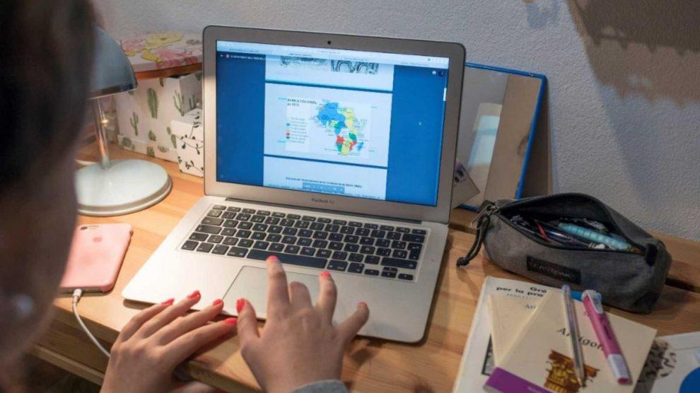 Niño estudiando de forma online