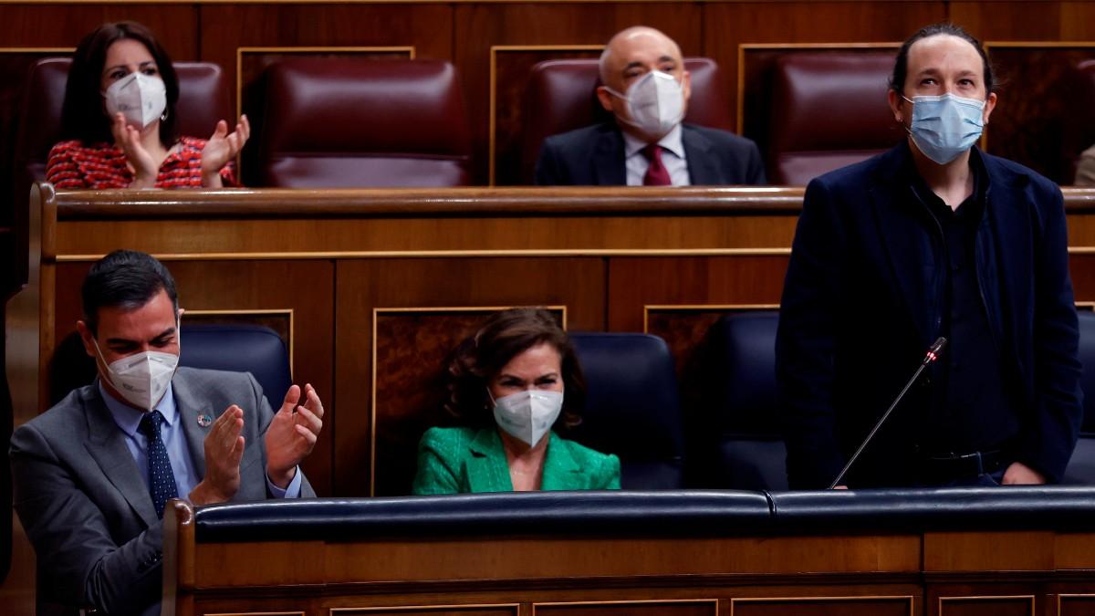 Pedro Sánchez, Carmen Calvo y Pablo Iglesias en el Pleno del Congreso. (Foto: EFE)