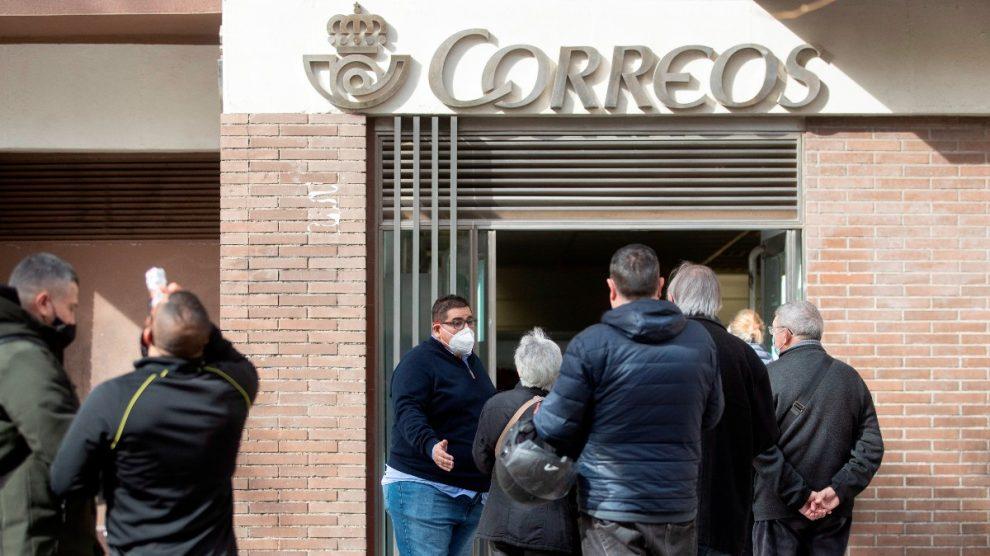 Electores catalanes haciendo cola delante de una oficina de Correos en Barcelona. (Foto: EFE)