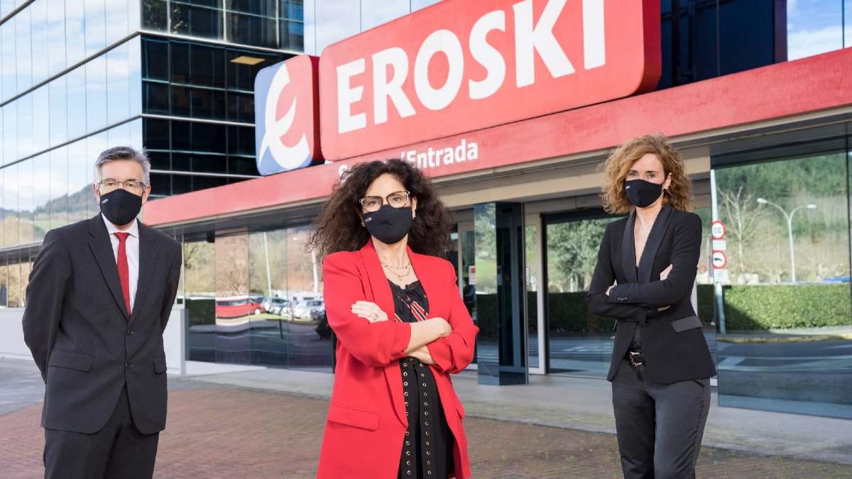 El presidente de Eroski, Agustín Markaide; la directora general, Rosa Carabel; y la presidenta del consejo rector de Eroski, Leire Mugerza.