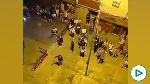 Decenas de personas tratan de linchar a la Policía para liberar a un detenido en Jerez.