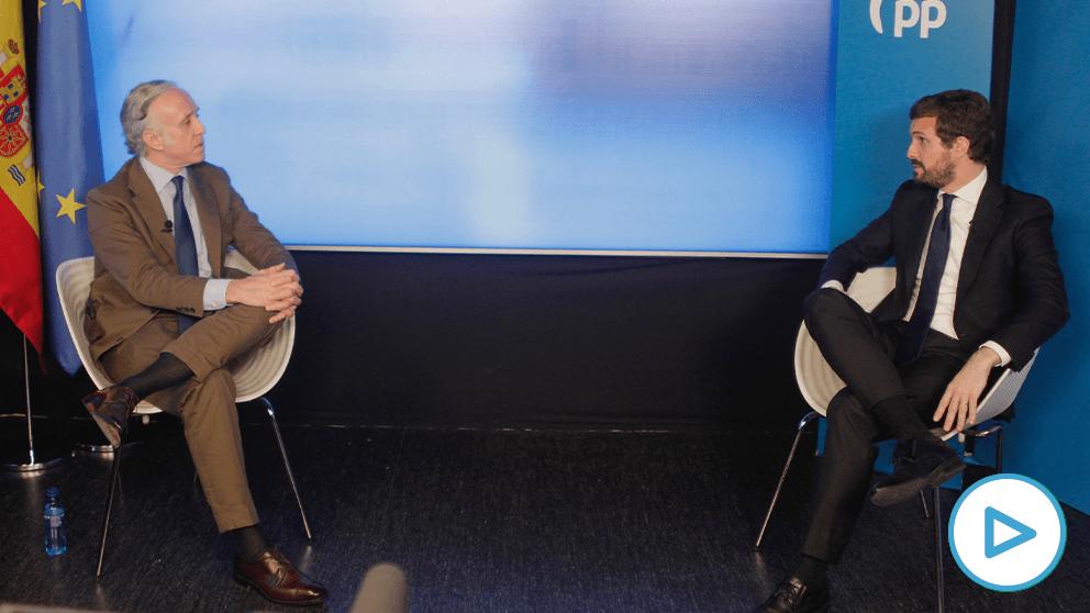 Pablo Casado y Eduardo Inda durante la entrevista.
