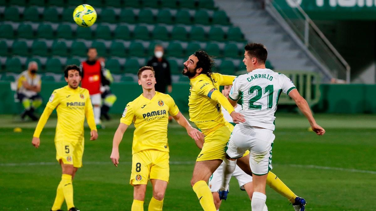 Guido Carrillo trata de rematar un balón en el Elche – Villarreal. (EFE)