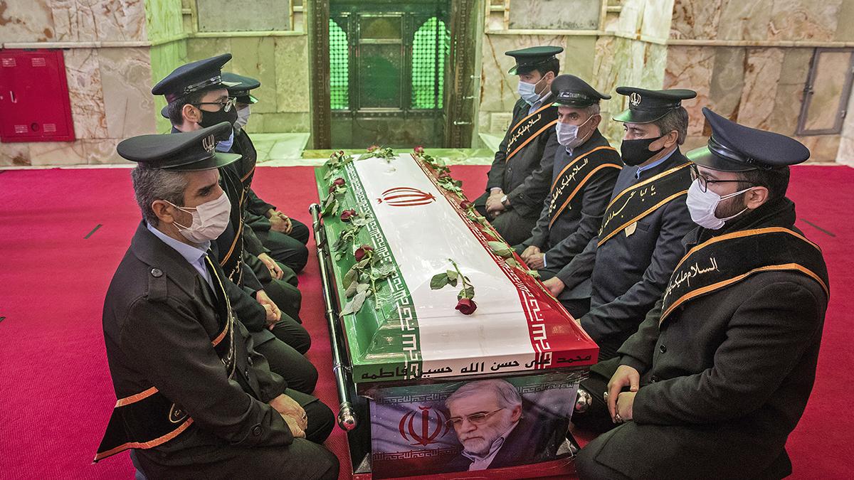 Militares iraníes rezan junto al féretro de Mohsen Fakhrizadeh, considerado el principal científico nuclear del país, asesinado en atentado.