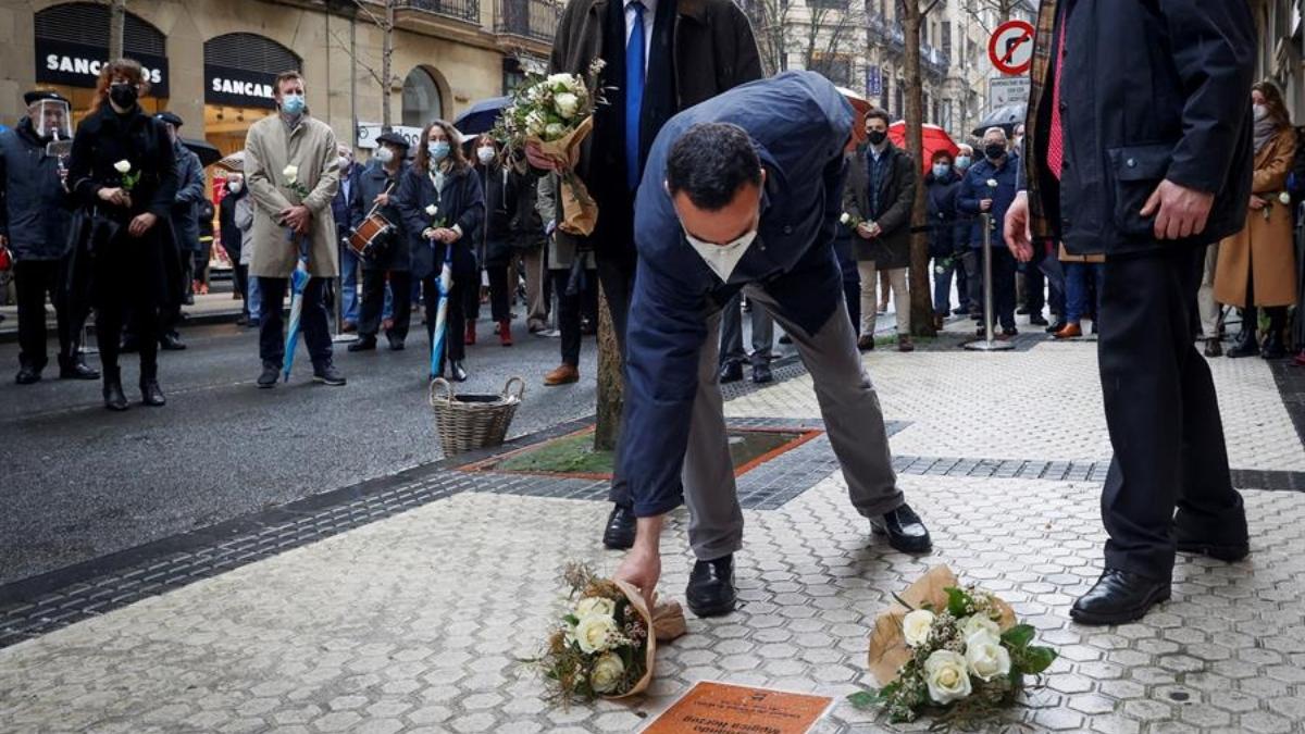Rubén Múgica, hijo de Fernando Mugica, coloca flores sobre la placa en homenaje a su padre (Foto:EFE).