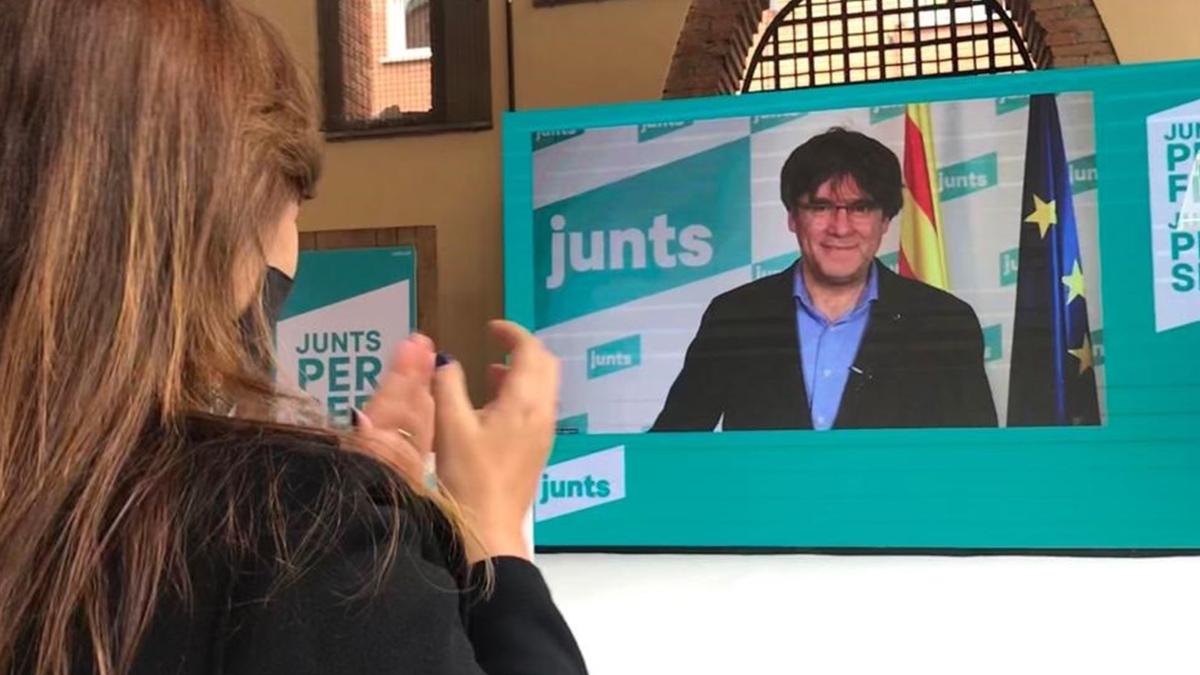 Laura Borrás aplaude a Puigdemont durante el acto electoral celebrado este sábado en Sant Cugat del Vallès.