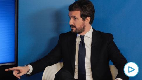 Pablo Casado, en un momento de la entrevista con Eduardo Inda. (Paco Toledo)