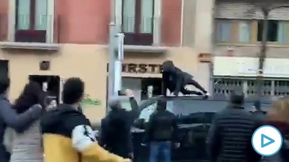 Un separatista se sube al furgón de Garriga y lo destroza tras el mitin de Vox en Vic