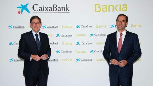 El presidente de Bankia, que será presidente ejecutivo de la nueva entidad tras la fusión con Caixabank, José Ignacio Goirigolzarri, y del consejero delegado de CaixaBank y que será consejero delegado del nuevo banco, Gonzalo Gortázar.